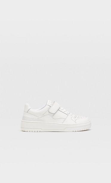 Προσφορά Λευκά αθλητικά παπούτσια με πολλαπλά κομμάτια για 22,99€